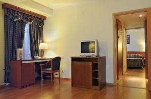 Schreibtisch und TV im Hotel Dostojewski