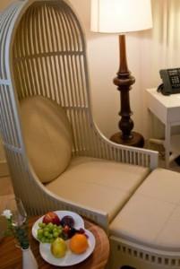 Sessel im Zimmer im Hotel Crowne Plaza Ligovsky St. Petersburg