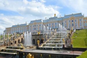 Große Palast und Wasserspiele in Peterhof, St. Petersburg Reisen