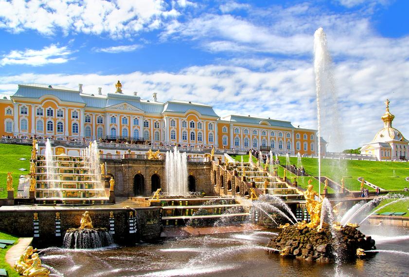 große Fontainen und ein Palast, St. Petersburg Weiße Nächte