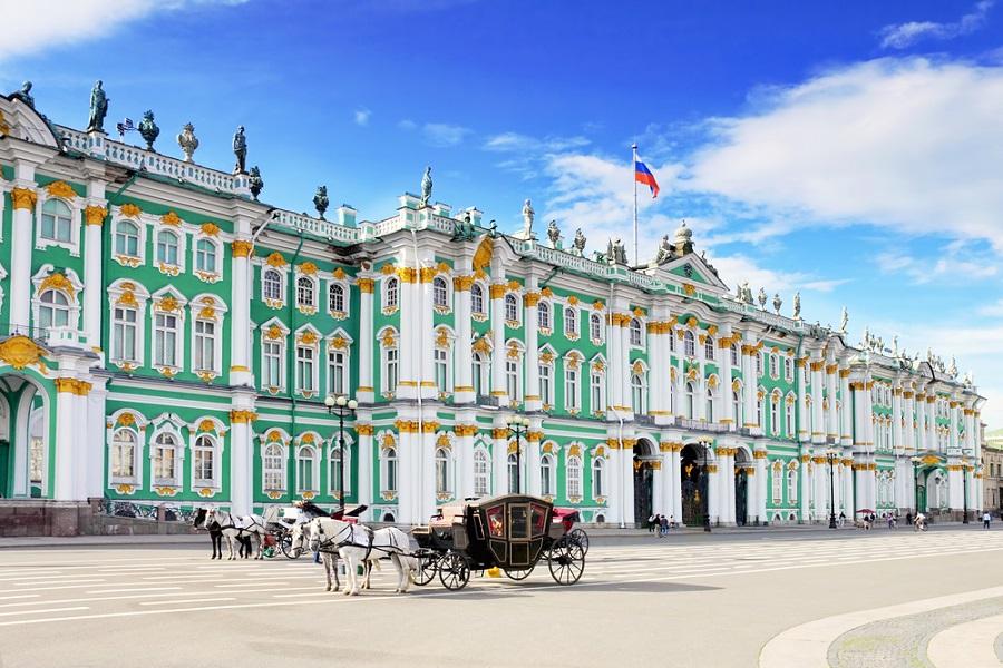 Kutsche vor großem, grünem Gebäude St. Petersburg Weiße Nächte