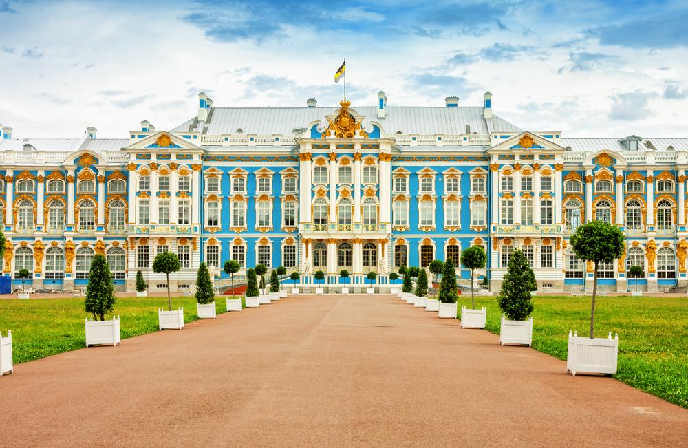 Große Auffahrt zu einem blauen Palast, St, Petersburg Weiße Nächte