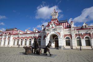 Bahnhof mit Skulptur - WM 2018